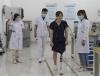 Екипът на Дзу Юсъ наблюдава как Хуан Сию, жертва на земетресението в Уънчуан, се учи да се движи с новата протеза.